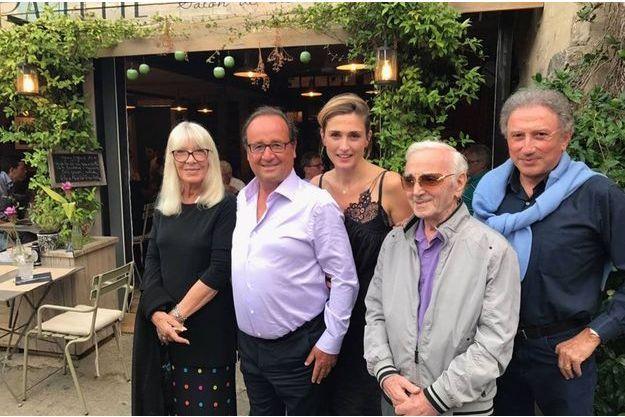 François Hollande et Julie Gayet entourés de Michel Drucker, Charles Aznavour et, à gauche, Dany Saval, l'épouse du célèbre présentateur. La photographie a été diffusée sur Facebook par l'élu marseillais Richard Findykian.