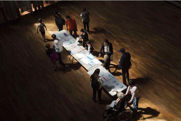 Dans un bureau de vote à Lyon, dimanche.