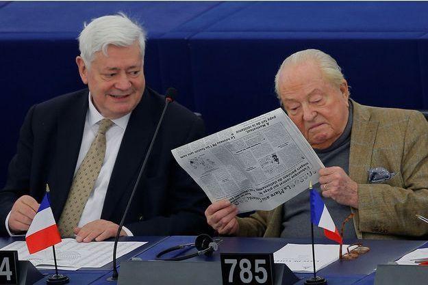 Bruno Gollnisch et Jean-Marie Le Pen au parlement européen en mars 2018.