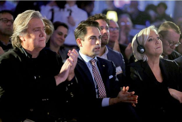 Steve Bannon, Tom Van Grieken, président du parti Vlamms Belang, et Marine Le Pen, le samedi 8 décembre à Bruxelles, lors d'un meeting anti-immigration.