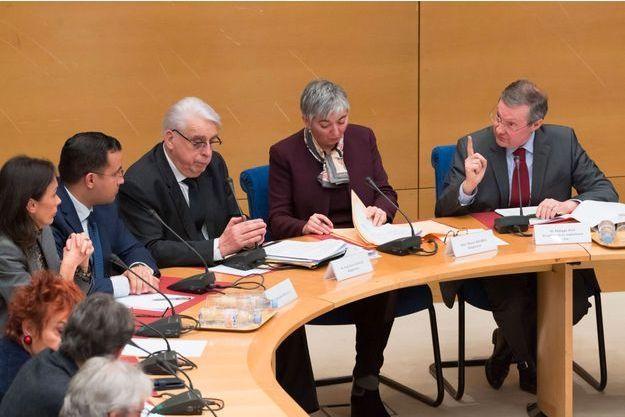 Le sénateur Philippe Bas (à dr.) s'adresse à Alexandre Benalla au Sénat, lundi.