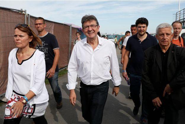 Jean-Luc Mélenchon arrive au stand de l'Humanité.