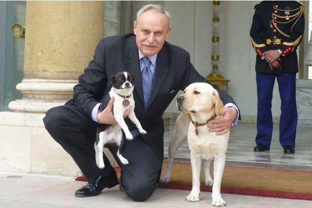 François Lubrina en compagnie du chihuahua de Carla Sarkozy et de Clara, le labrador de Nicolas Sarkozy.