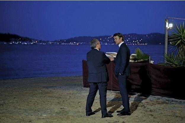 Après un meeting, aparté entre François Baroin et Xavier Bertrand sur la plage du Lido à Toulon, le 24 mai.