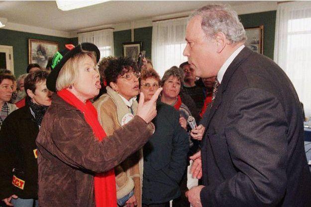 François Doubin, face à des employés de Moulinex à Argentan en 1997.