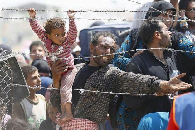 Des milliers de réfugiés se massent à la frontière entre la Turquie et la Syrie.