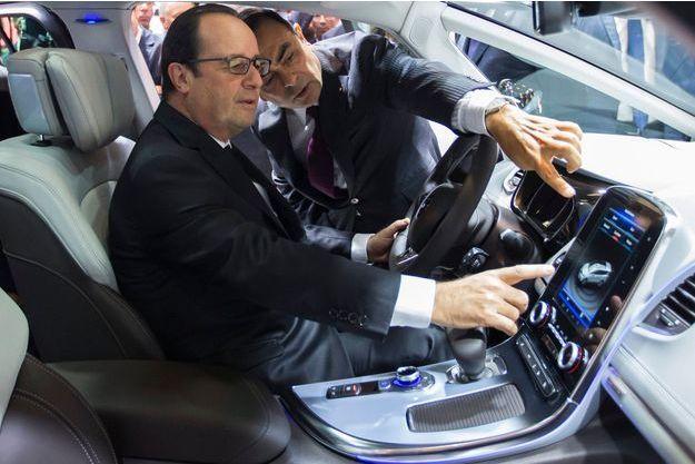 François Hollande au salon de l'automobile de Paris en 2014, avec le président de Nissan-Renault Carlos Ghosn.