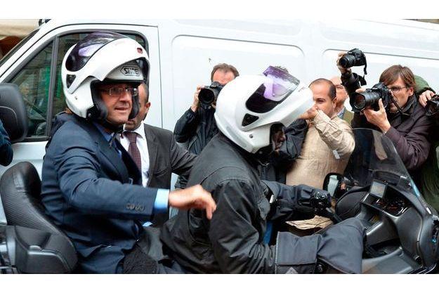 Lundi 11 octobre. François Hollande arrive en scooter bpulevard Ordener.