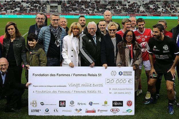Brigitte Macron assistait mercredi soir à Reims avec la comédienne Muriel Robin au premier match mixte femmes-hommes de football.