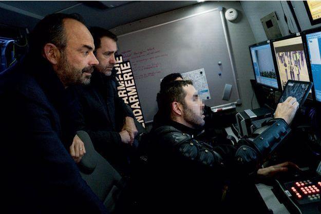 Samedi 8 décembre, 16h45. Edouard Philippe et Christophe Castaner dans un camion de surveillance de la gendarmerie muni de caméras HD montées sur des perches télescopiques.