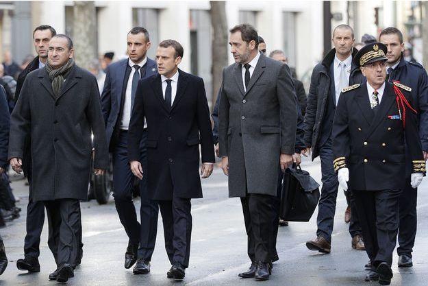 Emmanuel Macron aux côtés de Christophe Castaner dans le huitième arrondissement de Paris le 2 décembre 2018.