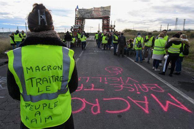 """De nombreux slogans des """"gilets jaunes"""" ciblent Emmanuel Macron."""
