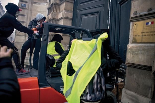 Le 5 janvier, 16h11. Un groupe a volé un chariot sur un chantier, rue de Bellechasse, et force la porte cochère du ministère des Relations avec le Parlement au 101, rue de Grenelle.