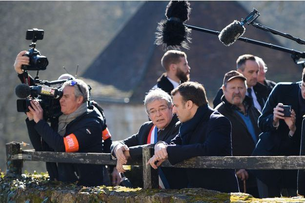Emmanuel Macron discute avec Vanik Berbérian, le maire de Gargilesse-Dampierre.