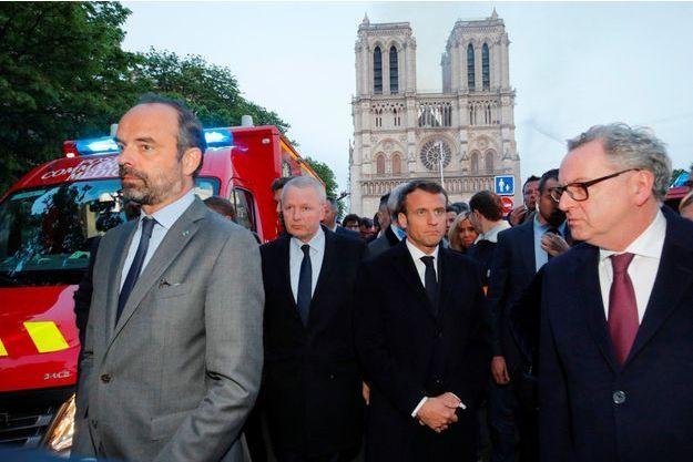 Emmanuel Macron devant la cathédrale Notre-Dame de Paris lundi en début de soirée.