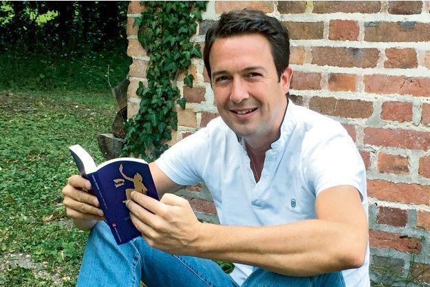 Chez lui en Sologne, en juillet, il lit « Un été avec Homère », de Sylvain Tesson.