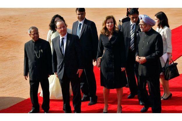 Jeudi 14 février, au matin, à New Delhi. Vingt et un coups de canon viennent de retentir dans la cour du palais présidentiel Rashtrapati Bhavan. François Hollande et Valérie Trierweiler sont accueillis par le président Pranab Mukherjee (à g.) et le premier ministre, le sikh Manmohan Singh (à dr.) et son épouse.