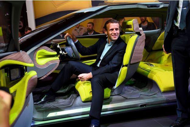Le 15 octobre 2016, Emmanuel Macron visite le salon de l'automobile. Ex-ministre, il n'est alors que le président de son mouvement. Un mois plus tard, il déclarera sa candidature à l'élection présidentielle.