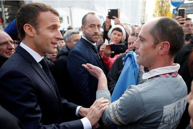 Emmanuel Macron dans les rues de Charleville-Mezieres, mercredi matin avant un Conseil des ministres délocalisé.