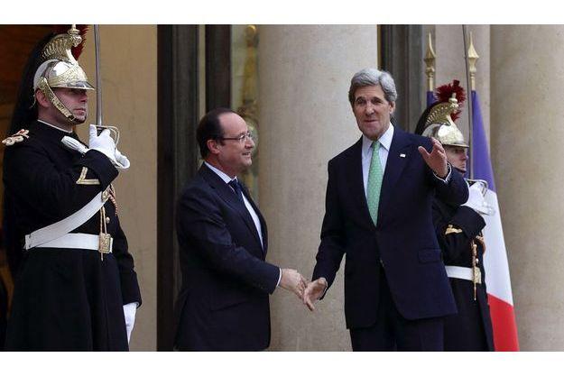 John Kerry, souriant sur le perron de l'Elysée.