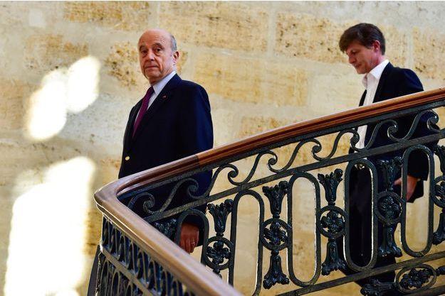 Alain Juppé et son successeur désigné à la mairie de Bordeaux, Nicolas Florian, jeudi.