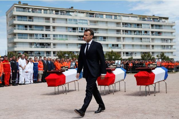 Emmanuel Macron lors de la cérémonie d'hommage devant le prieuré Saint-Nicolas, qui surplombe la baie des Sables-d'Olonne.