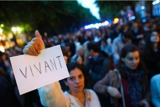Manifestants défendant le maintien des traitements de Vincent Lambert, lundi, à Paris.