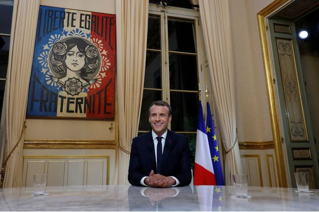 """La Marianne entourée par la devise """"Liberté, égalité, fraternité"""" a attiré les regards de nombreux téléspectateurs."""