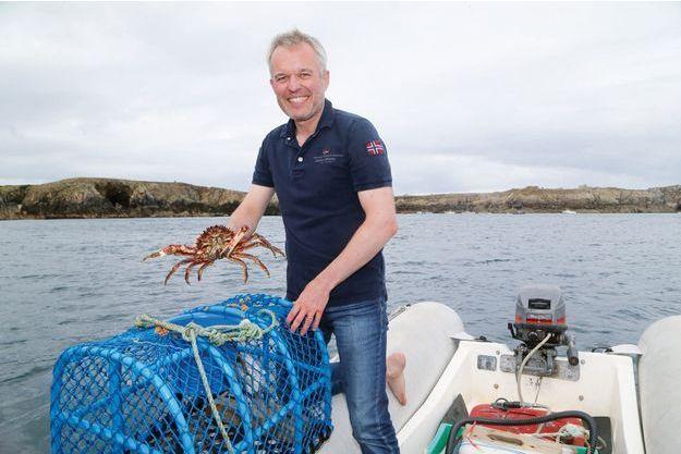 En vacances à Ouessant en août 2018, François de Rugy, alors président de l'Assemblée nationale, prenait la pose avec une araignée de mer.