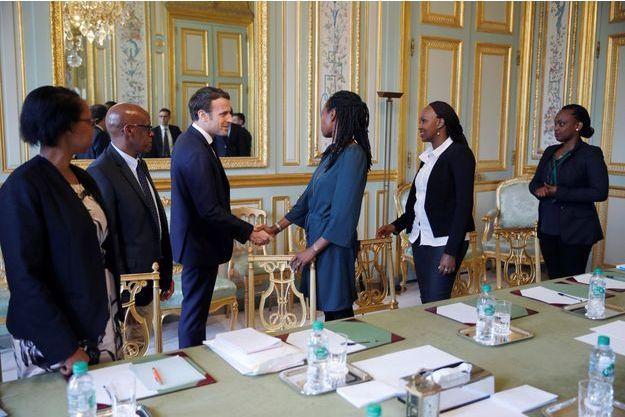 Emmanuel Macron a rencontré les représentants français de l'association Ibuka pour la mémoire du génocide rwandais, le 5 avril 2019.