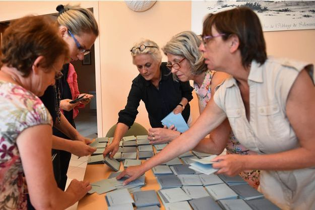 Penelope Fillon avait participé au dépouillement des bulletins de vote du premier tour de l'élection législative à Solesmes le 11 juin dernier.