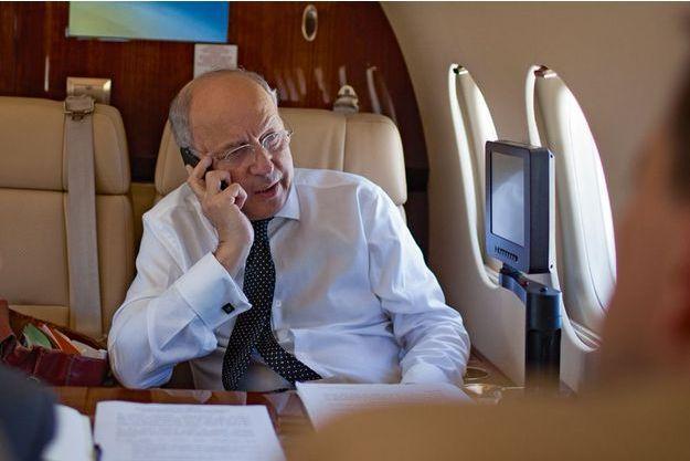 Dans le Falcon qui l'emmène à Vienne, samedi 27 juin. Laurent Fabius s'entretient au téléphone avec son homologue britannique, Philip Hammond, au sujet de l'attentat en Tunisie.