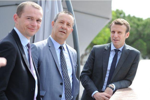 """Olivier Dussopt, ici à gauche, avec Emmanuel Macron et Stephane Rossignol , maire de La Grande-Motte, en marge d'un meeting de """"l'Association des petites villes de France"""", en mai 2016."""