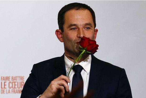 Benoît Hamon, une rose à la main, à la maison de la Mutualité, dimanche soir à Paris, après sa victoire.