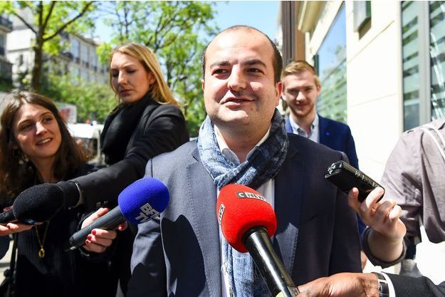 David Rachline interrogé par la presse devant le QG du Front national, le 9 mai 2017.