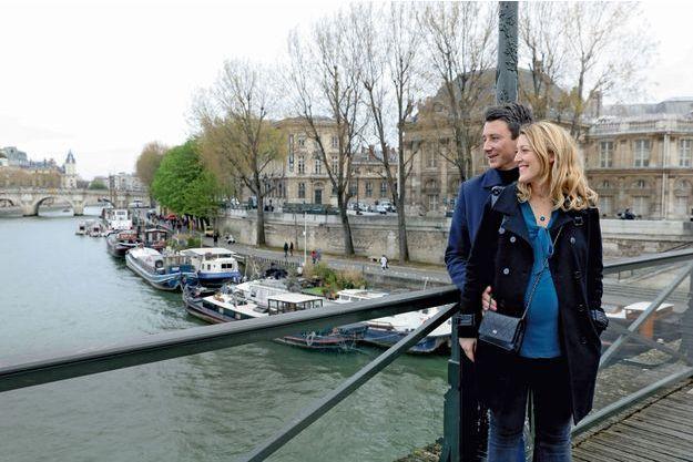 Sur le pont des Arts, le 5 avril. Anne Hidalgo a fait retirer les « cadenas d'amour », mais Benjamin Griveaux et Julia n'en restent pas moins captifs l'un de l'autre.