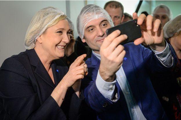Marine Le Pen et Florian Philippot posent pour un selfie lors de la visite d'un chocolatier, en mars dernier.