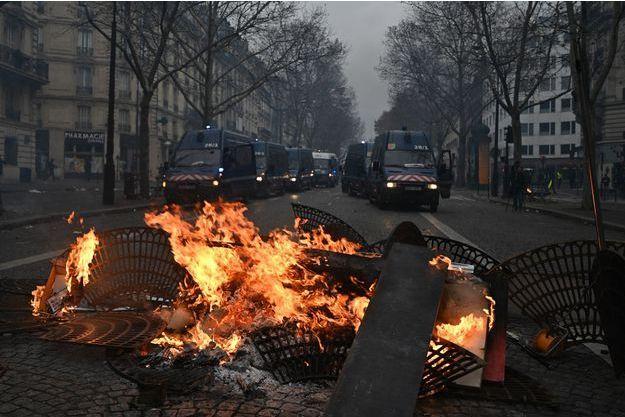 Le calme reste précaire à Paris.