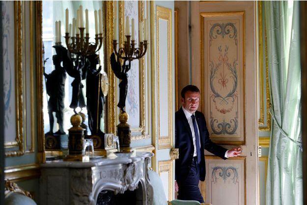 Emmanuel Macron sort de son bureau à l'Elysée, mardi.