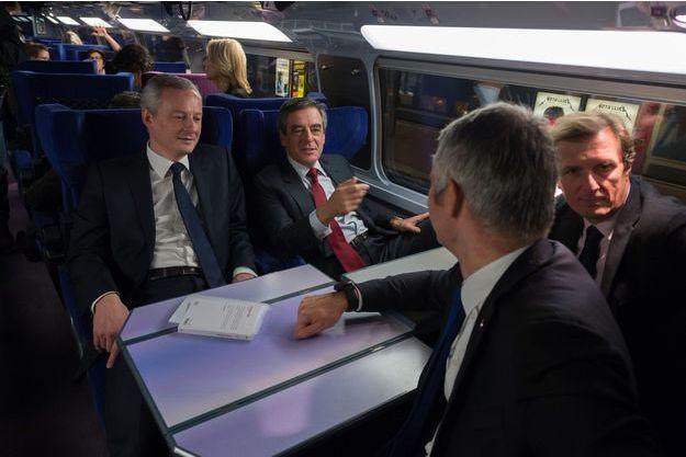 Bruno Le Maire, François Fillon, Jérôme Chartier et Laurent Wauquiez (de dos) prennent le train, mardi dernier.