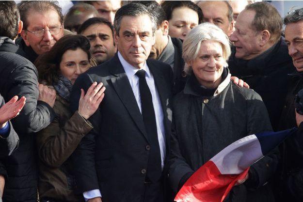 Marie Fillon, à gauche de son père, le 5 mars lors du grand rassemblement au Trocadero. A droite, Penelope Fillon.