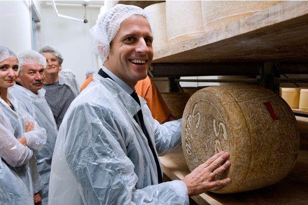 Emmanuel Macron, alors ministre de l'Economie, en visite dans une ferme produisant du Salers à Laroquevieille, en septembre 2016.