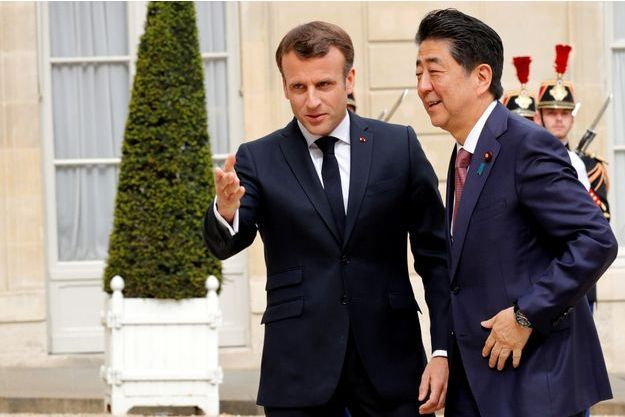 Emmanuel Macron et le Premier ministre japonais Shinzo Abe , à l'Elysée mardi.
