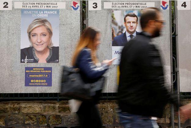 Affiches de Marine Le Pen et d'Emmanuel Macron, à Paris.