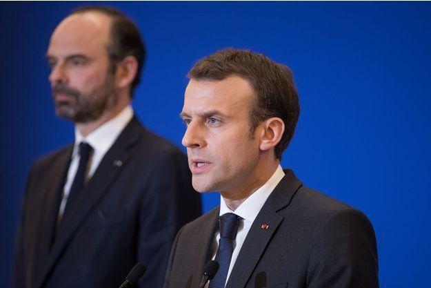 Emmanuel Macron aux côtés d'Edouard Philippe vendredi au ministère de l'Intérieur.