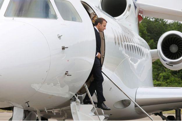 Emmanuel Macron descend d'un Falcon à Rochefort, jeudi.
