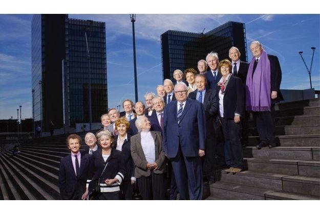 Pour commémorer l'élection du bibliophile François Mitterrand, les marches de la bibliothèque qui porte le nom de l'ancien président se sont imposées. Retrouvez ci-dessous les anciens ministres et leurs fonctions.