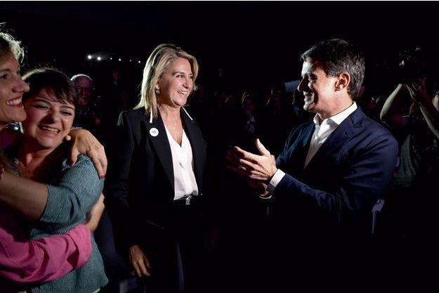 Manuel Valls avec sa compagne Susana Gallardo, pendant le concert d'un meeting le 16 mai. Giovanna Valls, sa sœur (à g., en robe bleue), est venue l'encourager.