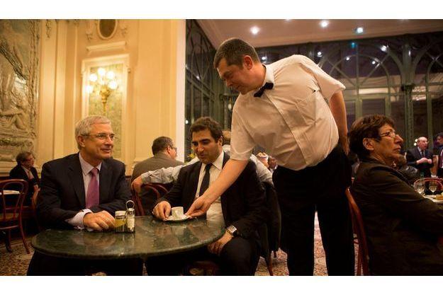 Pause café à la buvette pour le président de l'Assemblée Claude Bartolone et celui du groupe UMP Christian Jacob.