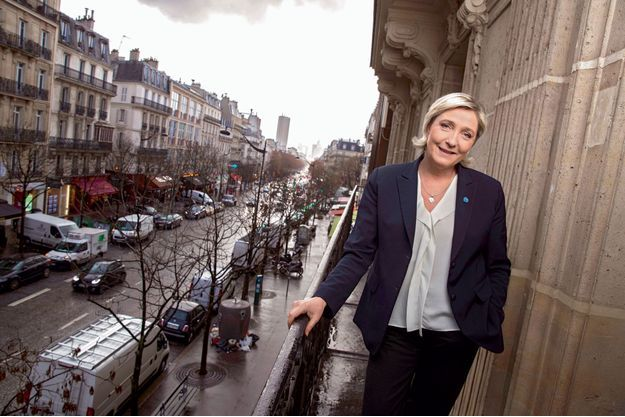 Marine Le Pen à son QG de campagne, rue du Faubourg Saint-Honoré à Paris, le 10 janvier, son pin's à la boutonnière.